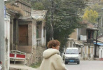 """10月26日,綜藝《哈哈哈哈哈》最新路透照曝光。照片中,鄧超、鹿晗、虞書欣走在街頭巷尾,穿著厚實外套的他們十分接地氣。鹿晗拎著紅色塑料袋站在街邊,配上他凌亂的泰迪卷發型,像極了""""地主家的傻兒子"""",反差萌好笑又可愛,網友紛紛調侃:""""是打工人沒錯了""""。"""