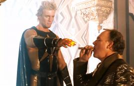 男子利用一根头发,克隆出一个核能超人,却当成打火机用
