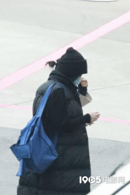 王菲穿砍袖棉服时尚又保暖 边走边摸头动作呆萌 第3张