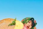"""10月29日,《姐姐的爱乐之程》曝光一组剧照,张雨绮、李斯丹妮、郁可唯、黄龄头戴颜色鲜艳的碎花头巾,身穿花衫,还配上了""""塑料水晶鞋"""",演绎福建传统惠安女造型,复古十足,十分吸睛。"""