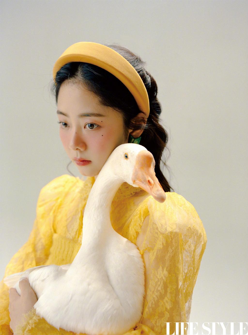 谭松韵化身糖果色宫廷少女 复古童话大片纯美吸睛 第3张