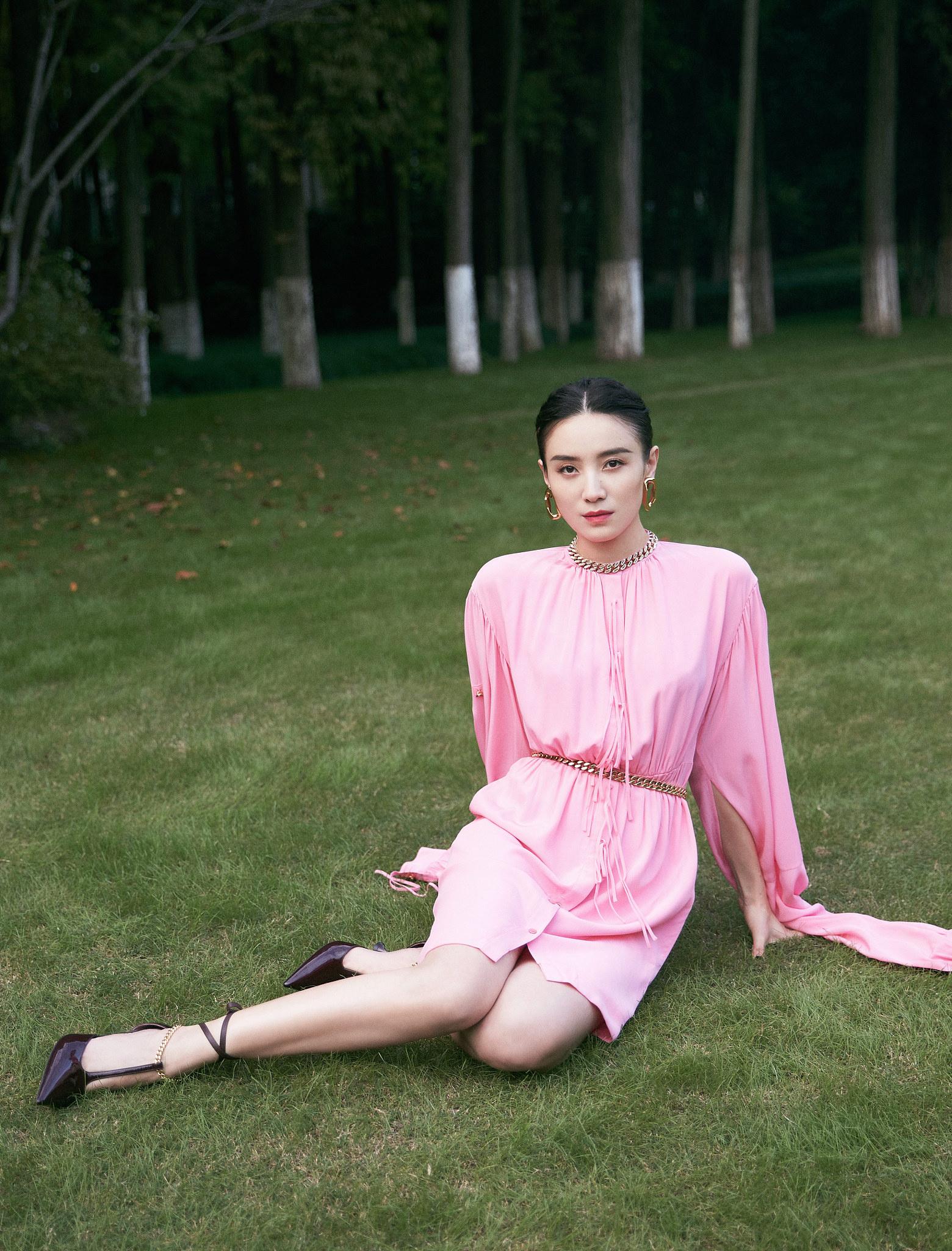 宋佳亮相华语青年电影周开幕 穿粉裙秀白皙玉腿