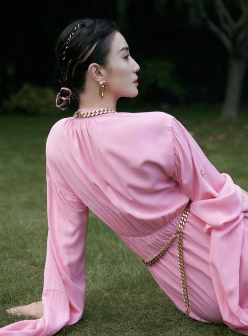 宋佳亮相华语青年电影周开幕 穿粉裙秀白皙玉腿 第3张