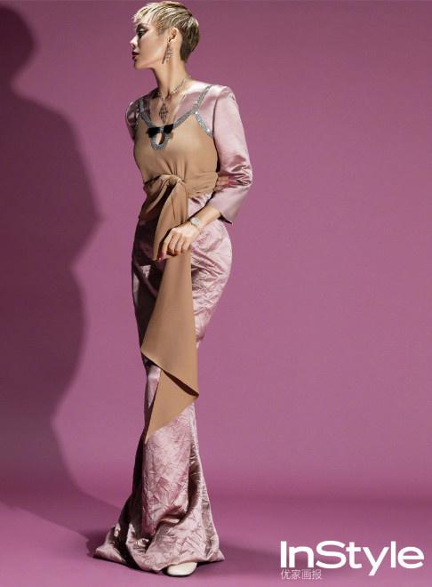平静彩虹羽绒裙造型华美另类 掩面微笑魅力撩人 第4张