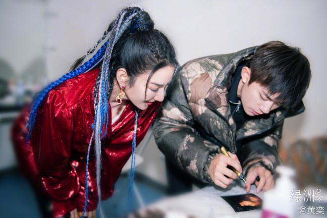 《【杏鑫平台待遇】黄奕成功帮女儿追星易烊千玺 晒TO签和同框合照》