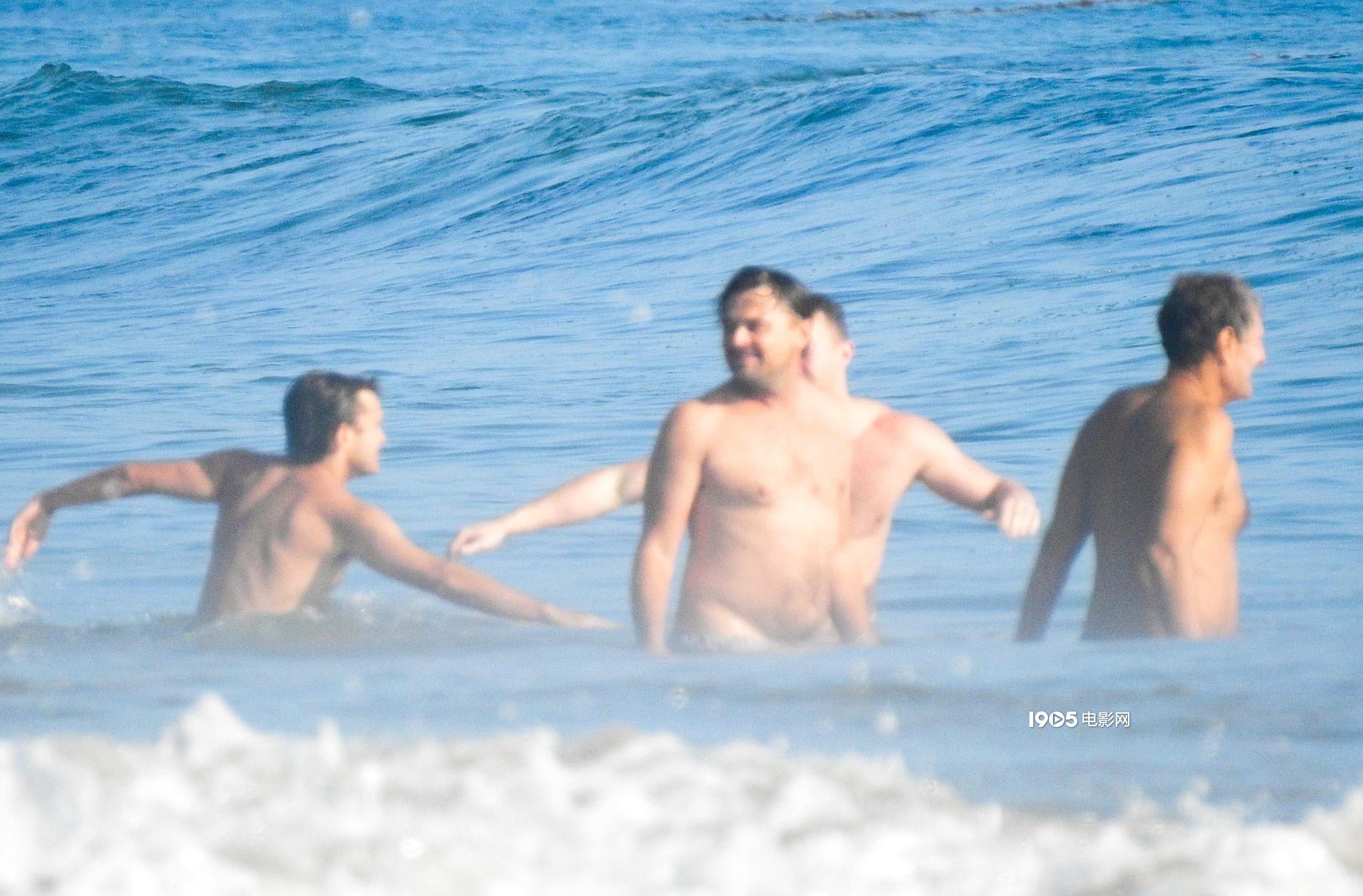小李子海边度假半露玉腚 身体发福又变回油腻大叔