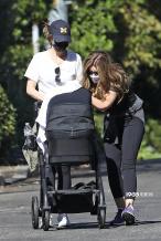 星爵娇妻产女3月后极速瘦身 带娃出街四肢纤细