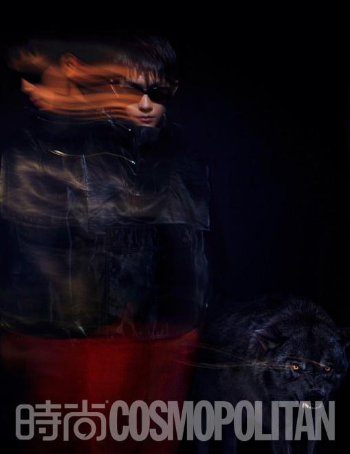 易烊千玺曝黑超幻影大片 红紫光影动物主题创意足 第3张