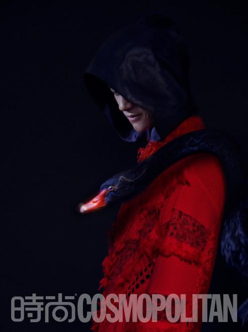 易烊千玺曝黑超幻影大片 红紫光影动物主题创意足 第4张