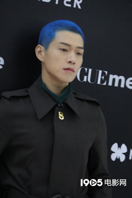 魏大勋蓝色寸头引热议 网友:他染了她喜欢的发色 第2张