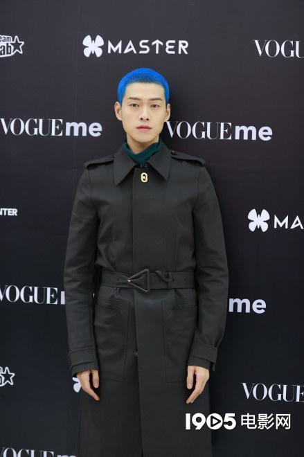 魏大勋蓝色寸头引热议 网友:他染了她喜欢的发色 第5张