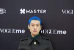 11月18日,魏大勛現身上海出席時尚活動,他以一頭藍色寸頭新造型實力吸睛。這個極具未來感的新造型,讓一向給人萌帥暖男形象的他給大家不小沖擊,就連好友白敬亭看了都是一臉蒙圈回敬。