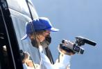 當地時間11月17日,美國洛杉磯,賈斯汀·比伯現身街頭。當天,比伯戴著藍色棒球帽,身穿白色衛衣,化身陽光潮男,為個人全新紀錄片拍素材。他手持相機走下保姆車,親自掌鏡拍攝,觀看視頻時表情超專注,專心搞事業的樣子十分迷人!