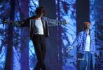 """当地时间11月22日,美国洛杉矶,2020全美音乐奖颁奖典礼,""""萌德""""肖恩·蒙德兹和贾斯汀·比伯合作的新单曲《Monster》带来首唱舞台。"""