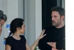 """當地時間11月22日,美國新奧爾良,電影《深水》補拍的拍攝現場。""""大本""""本·阿弗萊克和安娜·德·阿瑪斯當天拍攝陽臺戲份,二人同穿黑衣好似情侶裝,在陽臺熱聊低調秀甜蜜。"""