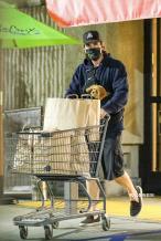 """""""蝙蝠侠""""克里斯蒂安揣爱犬出街 化身居家好男人"""
