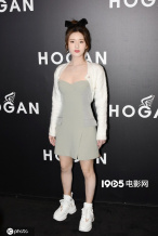 """赵露思穿低领西装裙小秀性感 却被拍成""""矮胖壮"""""""
