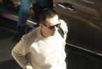 11月24日,北京,李现现身机场。照片中,阳光投射在李现身上,他戴着墨镜,顶着寸头走下保姆车,手拿着迷彩外套,硬朗帅气形象十分吸睛,背包赶路不忘回头比耶超宠粉。