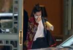 當地時間11月22日,美國新奧爾良,本·阿弗萊克和安娜·德·阿瑪斯現身酒店。本戴著兒童口罩,臉上的胡茬明顯,穿著休閑裝不修邊幅。而安娜卻和男友是完全不同的畫風,她穿著動物印花夾克,梳著丸子頭,一張娃娃臉十分嬌俏可人。