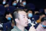 11月24日,电影《日光之下》在北京举行首映礼。导演兼编剧梁鸣携主演陶海、剪辑师朱琳等主创团队,亮相映后见面会。