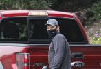 """当地时间11月10日,美国加州,""""星爵""""克里斯·帕拉特现身街头。帕帕身穿休闲装手拿高尔夫装备走下红色皮。随后,儿子杰克也顶着一头黄毛,戴着眼镜从车中探出头,原来帕帕是带儿子去打高夫球。"""
