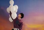 """11月24日,朱正廷登封《ELLE MEN》新青年冬季刊封面大片释出。封面照中,朱正廷针织衫、衬衫配西服套装,俊逸帅气。星辰图案毛衣,棒球皮夹克演绎暖冬穿搭,尽显少年的""""温柔与坚韧""""。  """
