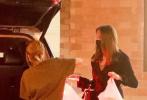 当地时间11月23日,美国格伦代尔,安吉丽娜·朱莉带着女儿薇薇安·朱莉-皮特外出购物。当天,朱莉身穿黑色大衣化身女强人巨星范十足,单手挎包气势强,与女儿交谈感情好,陌生男子陪在一旁。