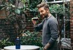 11月24日,大卫·贝克汉姆为黑格俱乐部拍摄广告。他在镜头前展示各种鸡尾酒,化妆出镜帅气撩人。