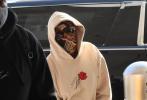 """当地时间11月25日,美国洛杉矶,卡迪·B现身街头。卡迪·B用丝巾完全包住脸,新做的绿色美甲hin抢眼,身穿字母卫衣,上面写着:""""No more happy endings."""",请问姐这是为啥不开心了吗?"""