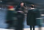 11月26日,《左肩有你》曝出范丞丞和王安宇同框路透照,两人穿着厚厚的黑色羽绒服,相对而立正在候场。另一张路透照中,范丞丞穿着深色大衣,围着灰色围脖,刘海乖顺的吹落在额前;对面的王安宇穿着咖色外套,寸头侧颜,十分眉清目秀。两人眼上都洋溢着淡淡的浅笑,搭上身后的皑皑白雪,画面很是养眼。