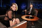 """當地時間11月24日,美國洛杉磯,克里斯汀·斯圖爾特出席訪談節目。當天,""""小K""""斯圖爾特頂著一頭凌亂短發帥氣亮相,身穿黑色鏤空連衣裙,大秀一雙逆天美腿,整個人都攻氣十足,性感撩人。"""