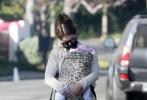 """当地时间11月26日,美国洛杉矶,""""星爵""""帕拉特的娇妻凯瑟琳·施瓦辛格带娃散步。产后刚刚三个月的凯瑟琳身材恢复神速,四肢纤细太让人羡慕了,胸前""""兜娃"""",简直击中人心,这也太可爱了!"""