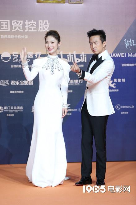 邓超携蓝羽亮相金鸡奖闭幕式 背头造型向粉丝比心