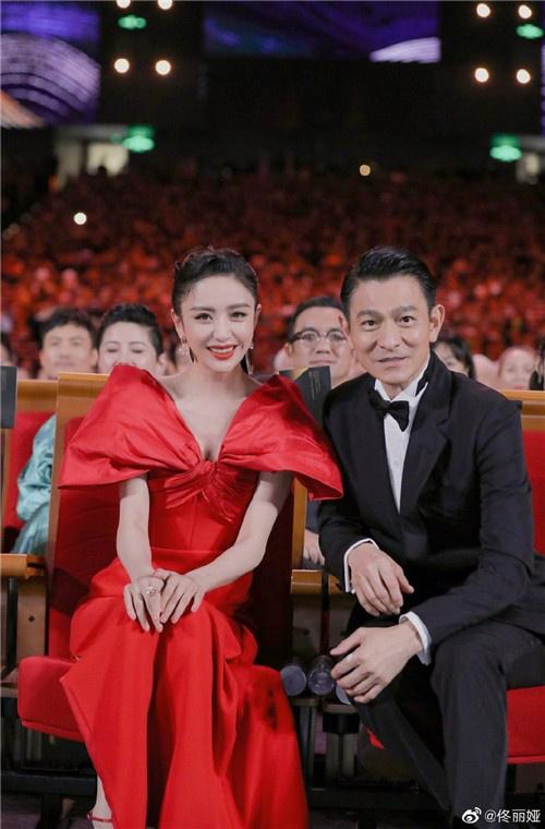 ug环球(allbet6.com):佟丽娅追星刘德华乐成 向贾玲晒合照:不好意思 第1张