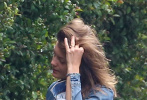 当地时间11月25日,美国马里布,好莱坞影星西恩·潘现身家门口,他装扮休闲随意,在屋前除草。随后,他的娇妻莱拉·乔治出门问候,西恩许是大获鼓舞,除草除得的更加起劲儿。