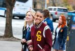 """当地时间12月1日,美国纽约,明星现身新版《绯闻女孩》片场。艾米丽·艾琳·林德一头金色卷发,穿穿制服走清纯校园风,惠特尼·皮克剪寸头变身""""假小子"""";二人并排行走有说有笑,这对高颜值姐妹花简直太可以了!  """