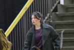"""漫威新剧《鹰眼》正在纽约布鲁克林热拍中,一组片场照曝光。""""鹰眼""""杰瑞米·雷纳与《大黄蜂》女主海莉·斯坦菲尔德同框亮相,一前一后下台阶准备搭乘地铁。海莉左手拿着弓箭,右手牵着金毛犬Lucky。这一造型也证实了她将出演""""女鹰眼""""凯特·毕肖普,内搭的紫色正是毕肖普的代表色。"""