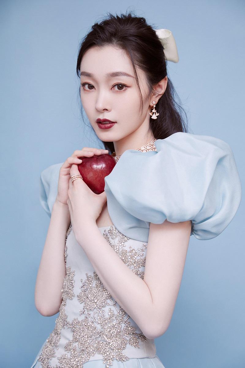 在逃公主!宋轶穿海盐蓝裙现身盛典 拿苹果走红毯 大陆女星