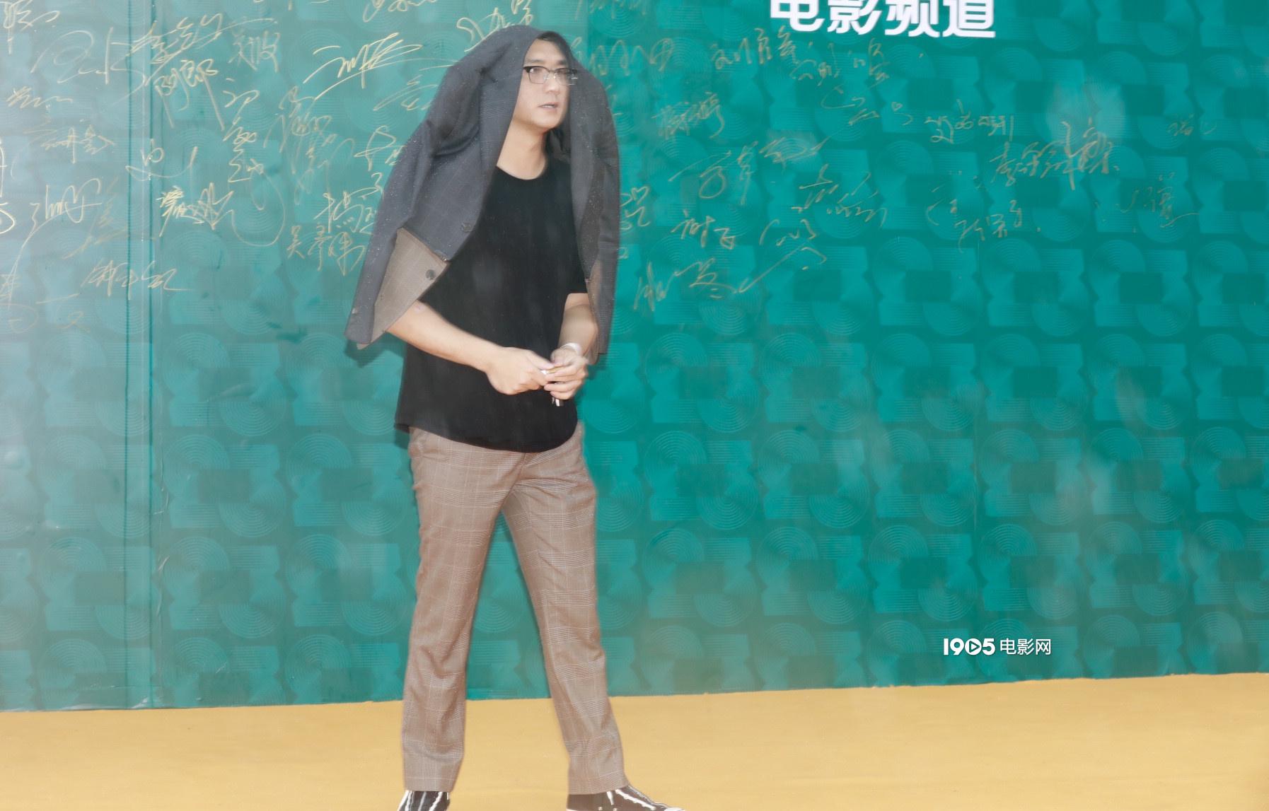 《【杏鑫平台佣金】淋雨一直走!黄觉外套蒙头挡雨造型恶搞趣味吸睛》
