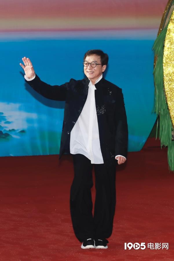 年老来了!成龙压轴亮相红毯 为中国电影打call 第1张