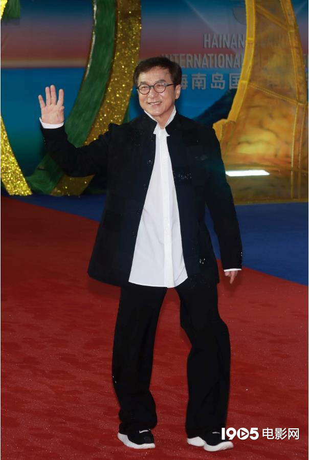 年老来了!成龙压轴亮相红毯 为中国电影打call 第2张