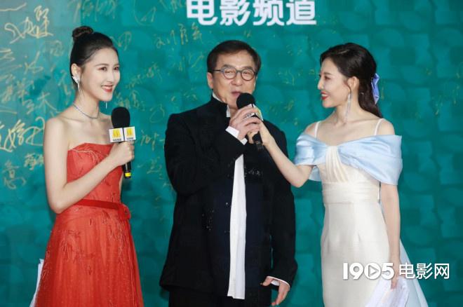 年老来了!成龙压轴亮相红毯 为中国电影打call 第3张