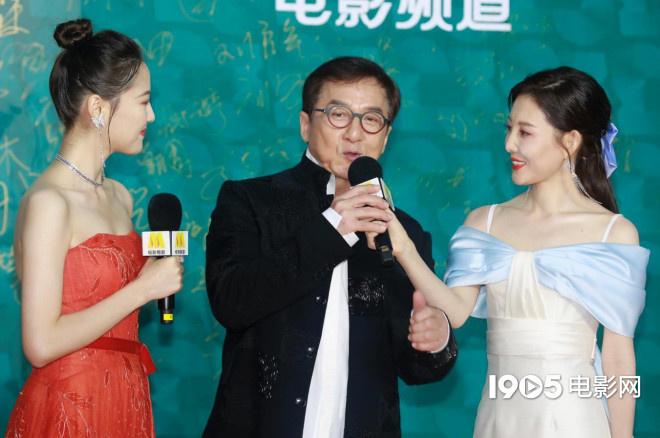 年老来了!成龙压轴亮相红毯 为中国电影打call 第4张