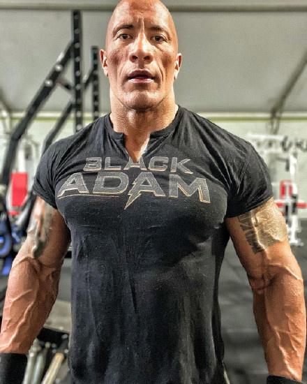 币游(allbet6.com):型爆!巨石强森秀《黑亚当》训练照 体重超250斤