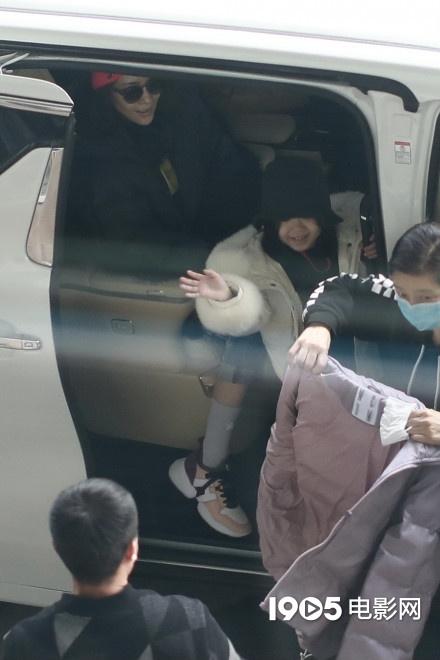 usdt充值(caibao.it):章子怡带娃现身机场与儿子同戴粉帽 女儿对镜招手 第3张