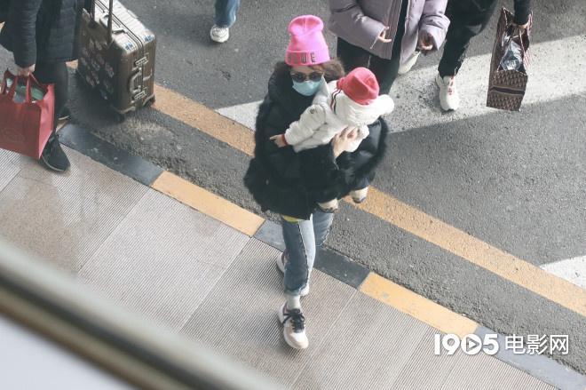 usdt充值(caibao.it):章子怡带娃现身机场与儿子同戴粉帽 女儿对镜招手 第4张