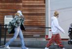当地时间12月15日,美国洛杉矶,贾斯汀·比伯和海莉·比伯现身街头。比伯卷发戴棒球帽变美少年 ,海莉秀长腿展超模范,夫妇二人大玩红绿配好时髦!