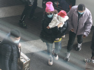 章子怡带娃现身机场与儿子同戴粉帽 女儿对镜招手
