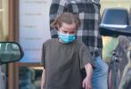 当地时间12月17日,美国加州,安吉丽娜·朱莉的女儿薇薇安·朱莉-皮特现身街头。12岁薇薇安一头金发颜值高,穿T恤破洞裤身高腿长瞩目,看眉眼简直迷你版朱莉!