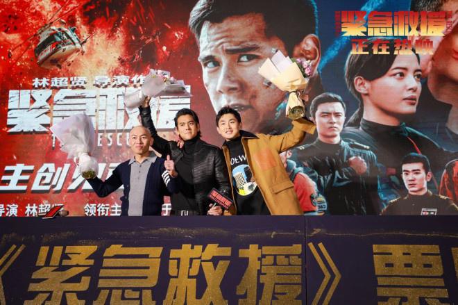 《紧急救援》致敬英雄彭于晏玉妍与医护人员共舞广场舞